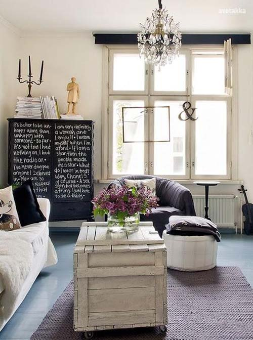 salón con armario redecorado con tiza