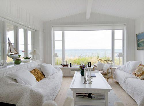 salón decorado con elementos reciclados y vistas al mar