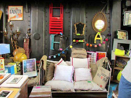 sofa con cojines en tienda de decoración mercado de motores