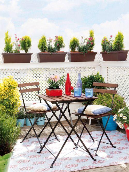 terraza con mesa del desayuno