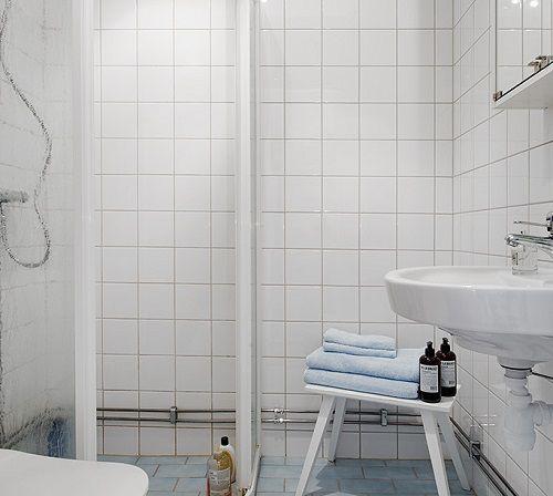Baño blanco con complementos en azul