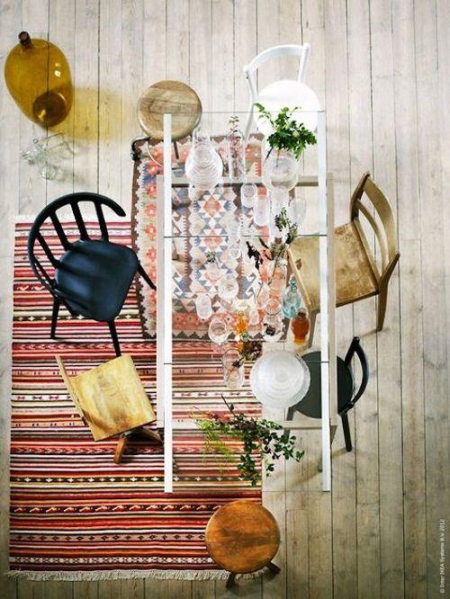 Comedor con alfombras aztecas