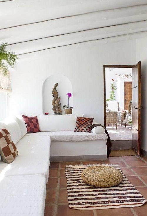 Sala con estampados aztecas en los complementos