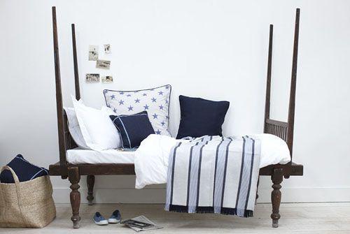 banco o cama de día en madera con coijnes blanco y azul inspiracion marinera