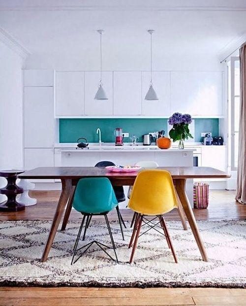 cocina de estilo parisino con un toque de color