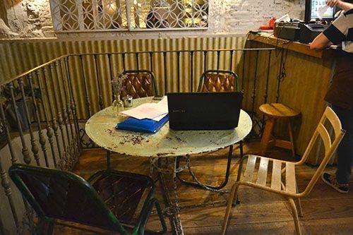 detalle de la mesa de maricastaña