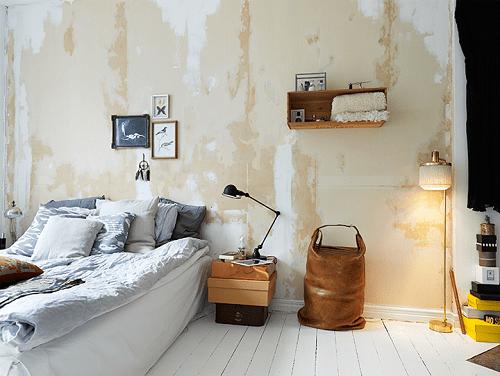 Dormitorio bohemio con paredes desgastadas