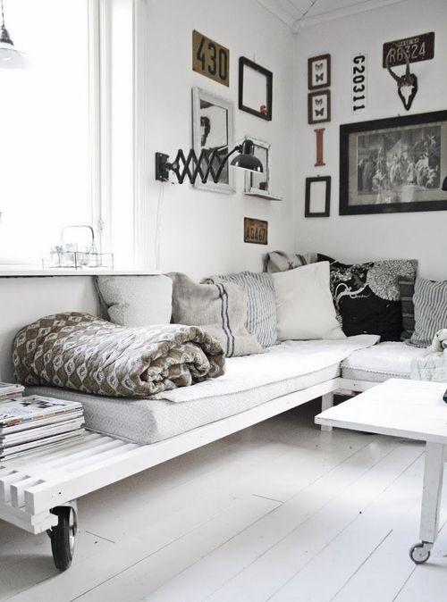 sofa con palets interior con ruefas