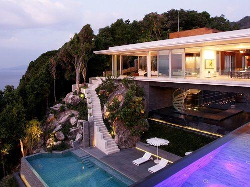 Casa con piscina en un acantilado