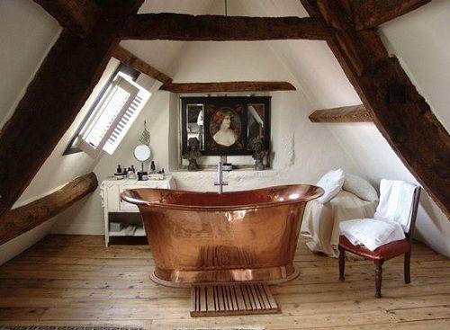 Dormitorio con bañera en cobre