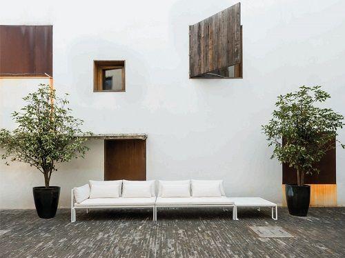 Exterior con sofá largo blanco