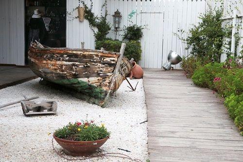 Jardín con barca envejecida