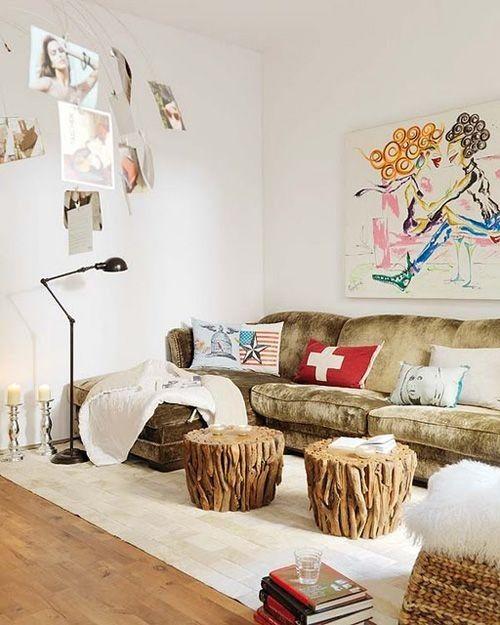 Salón colorido con sofá de terciopelo