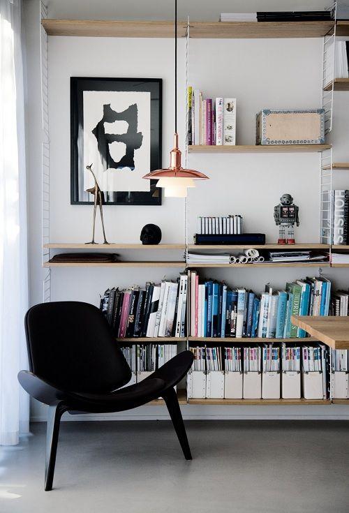 Salón con lámpara de diseño en cobre