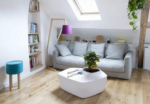 Salón con una mesa de madera y planta integrada