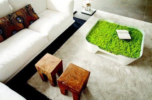 Salón escandinavo con mesa de diseño