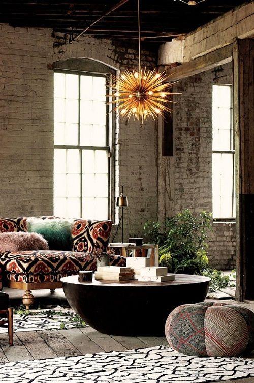 Salón hippie vintage con mesa media de madera