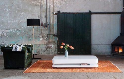 Salón industrial con mesa blanca de baja altura