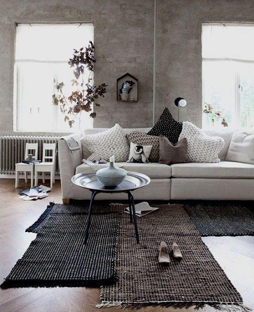 Sala de estar acogedora con mantas