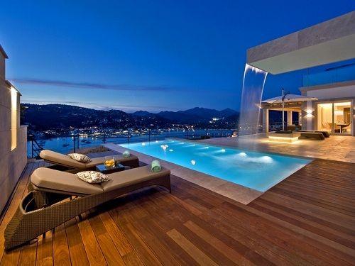 Terraza de madera con piscina central