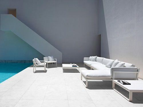 Terraza exterior con mobiliario blanco