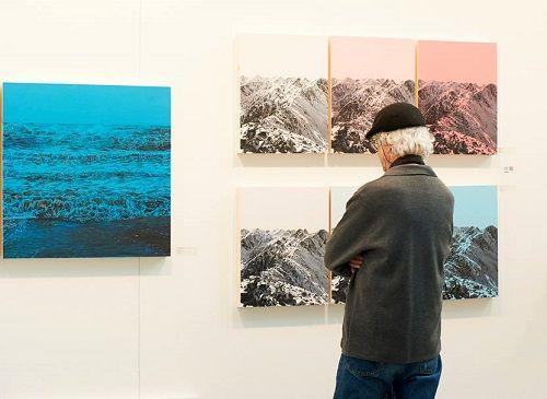 Visitante mirando las obras de Casa Arte