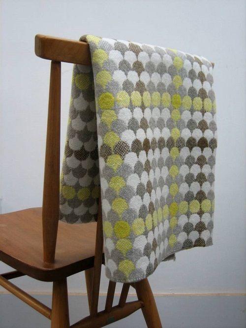Manta amarilla y gris + silla. the abacus estudio