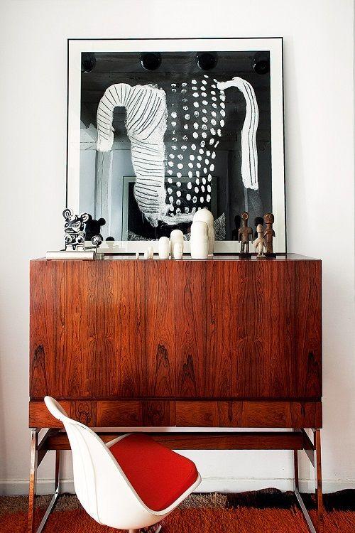 brut interior - cómoda madera y cuadro bn. revistaad.es