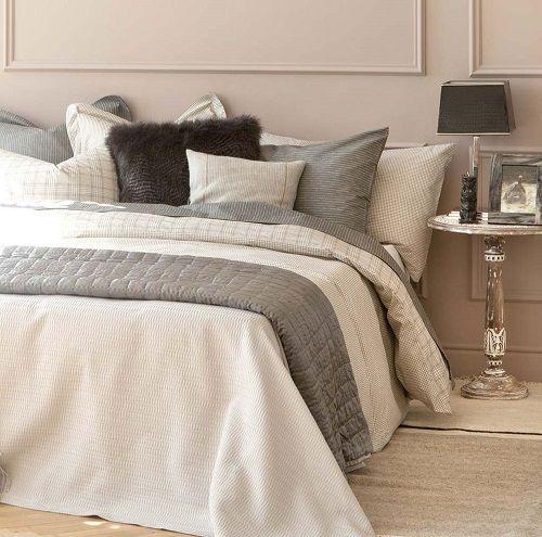 cama y mesa con lámpara negra