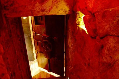 entrada puerta blindada yugo the bunker restaurante japones lujo madrid