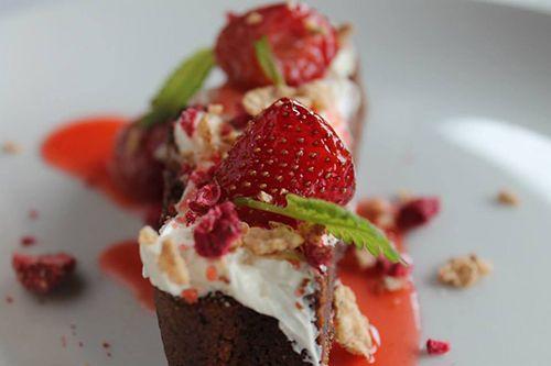 bizcocho chocolate fresas postre my veg restaurante madrid malasaña comida sana