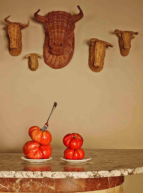 celso y manolo tomates cabezas animales pared decoracion interior madrid bar