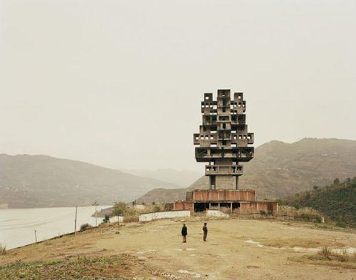 "Nadav Kander, ""Fengjie III (Monument to Progress and Prosperity)"". Chongqing Municipality, 2007. De la muestra ""Construyendo mundos. Fotografía y arquitectura en la era moderna"""
