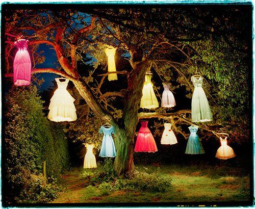 tim walker arbol con vestidos pantalla exhibicion fotografia museo thyssen vogue like a painting madrid