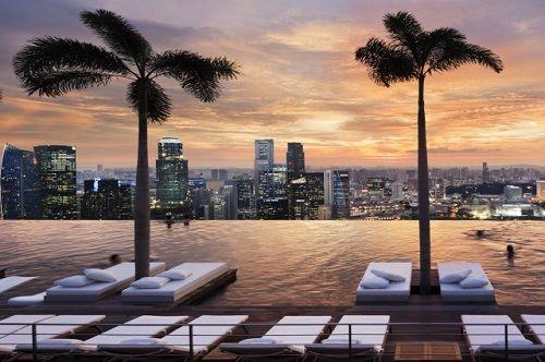 piscina desbordante con vistas a la ciudad