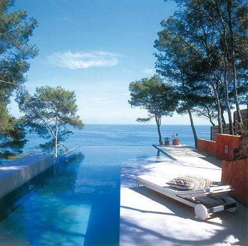piscina desbordante cerca del mar