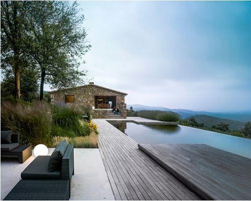 piscina desbordante rodeada de naturaleza