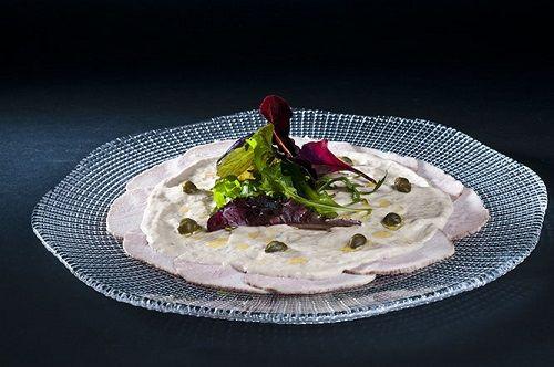 """Carpaccio """"vitello tonnato""""; finas laminas de ternera blanca cocida al vapor con mayonesa y atun."""