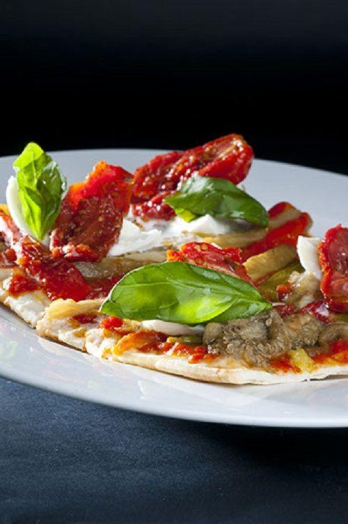 coca siciliana con queso gresco mozarella y tomates deshidratados.
