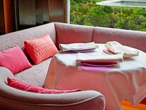 suite rose sofa rosa restaurante the hall madrid