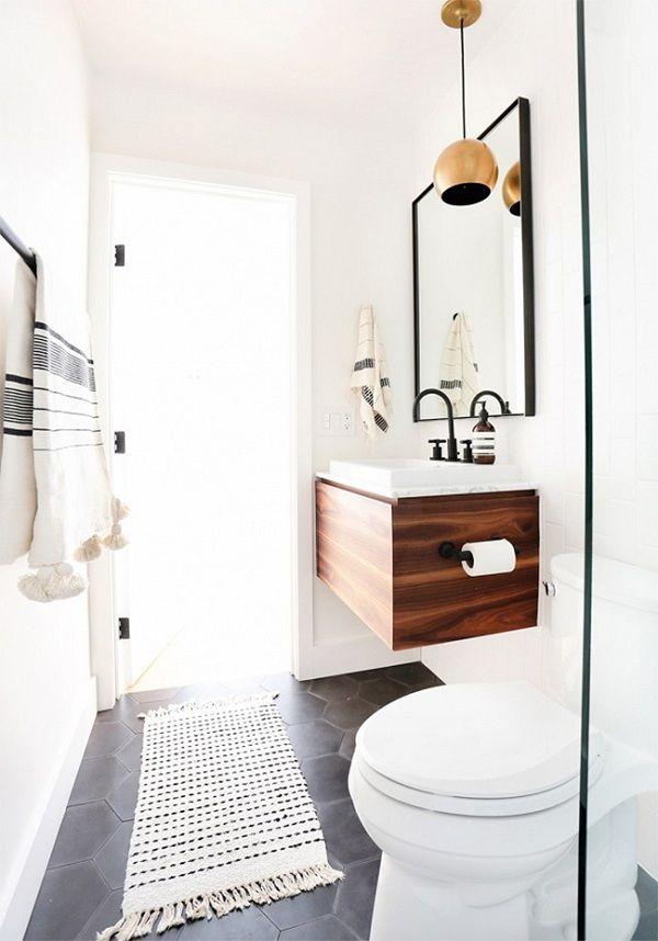 baño blanco con lavabo de madera