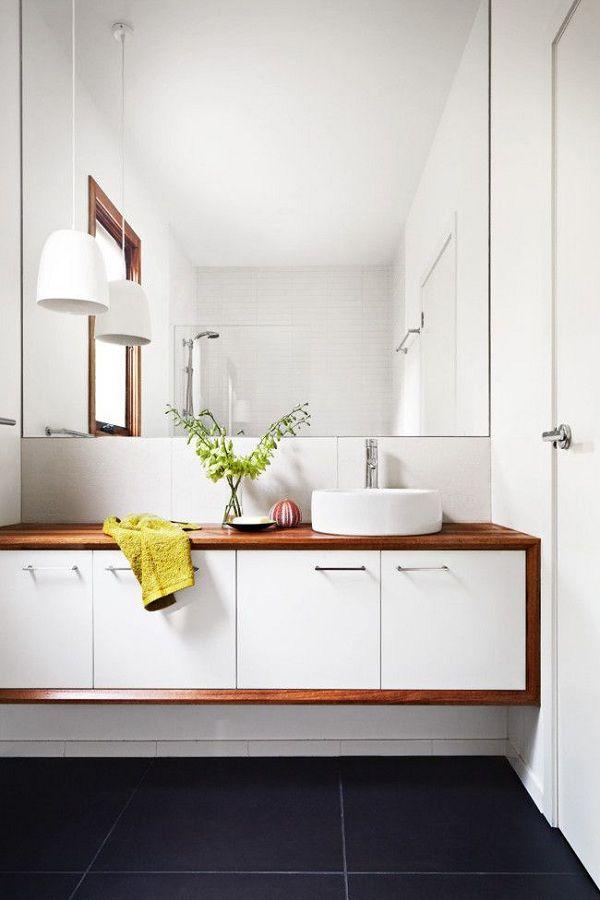 baño blanco con rebordes de madera