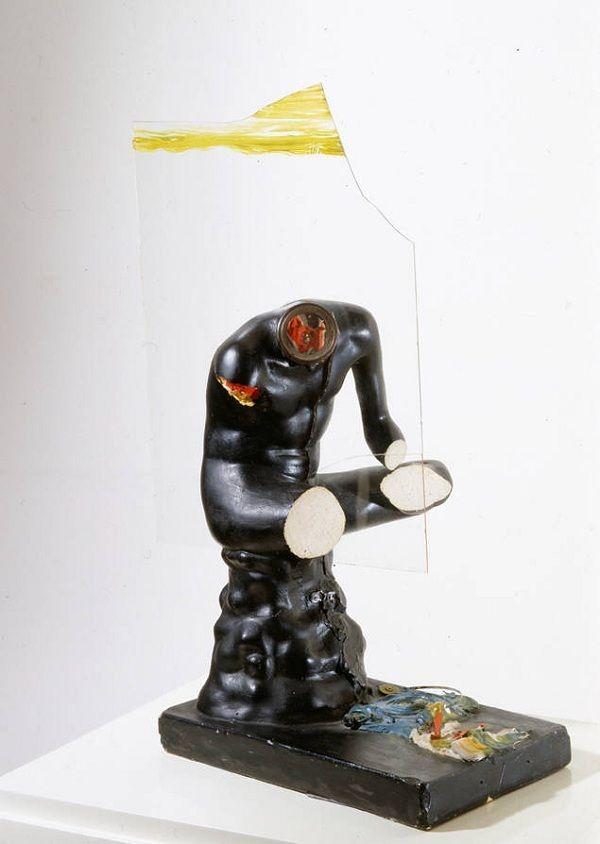 escultura negra en cristal