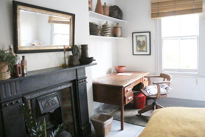 chimenea negra con escritorio