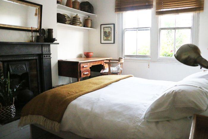 cama doble con manta mostaza