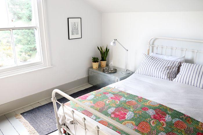 habitacion con colcha de flores