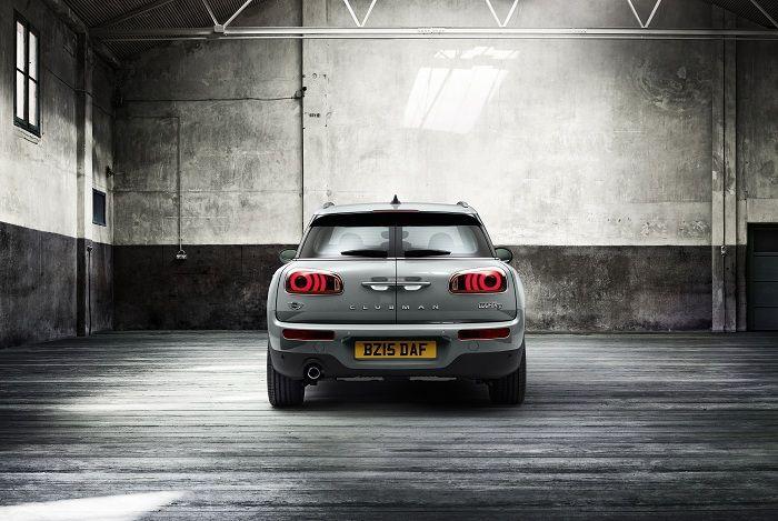 coche gris por atrás
