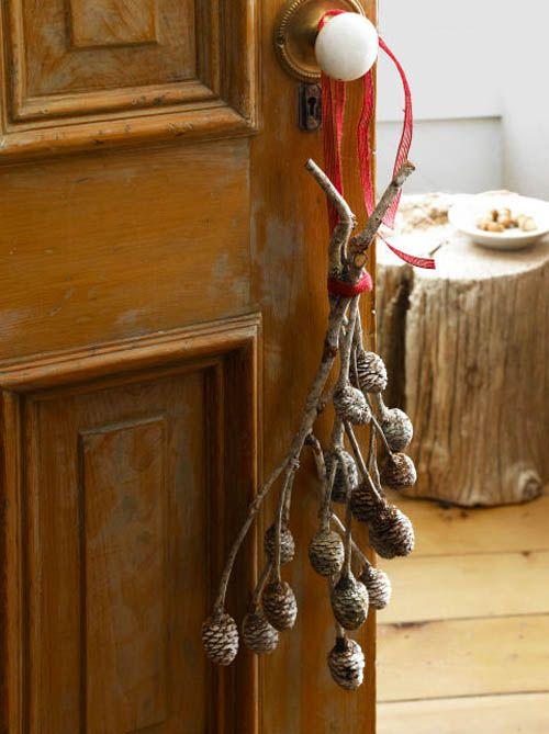 ideas decoracion navidad puerta con piñas