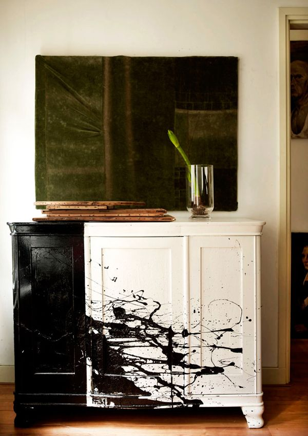 Entrada con cuadro y mueble blanco con pintura negra salpicaduras