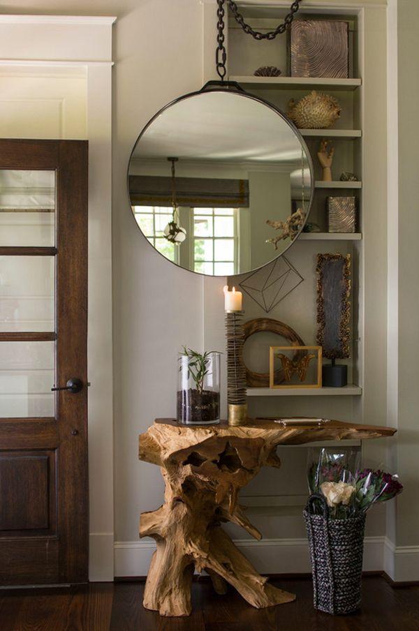 Entrada con mueble tronco virgen y espejo redondo